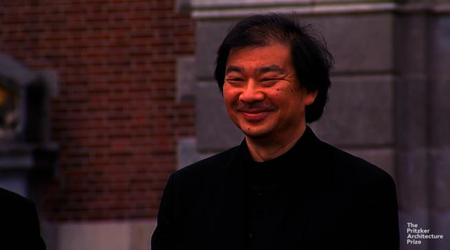 日本建築師坂茂主要替受災戶設計臨時避難所,將獨特的「紙管建築」實踐於人道主義關懷上。圖/截自YouTube