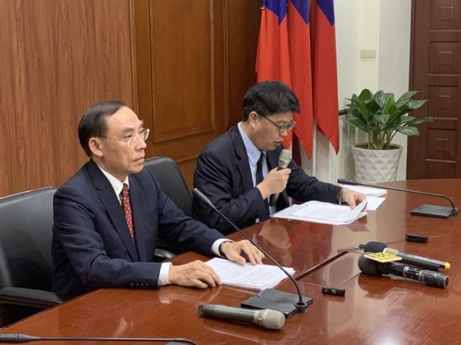 港女命案風波擴大,蔡清祥(左)今天晚間親上火線回應。記者王聖藜/攝影
