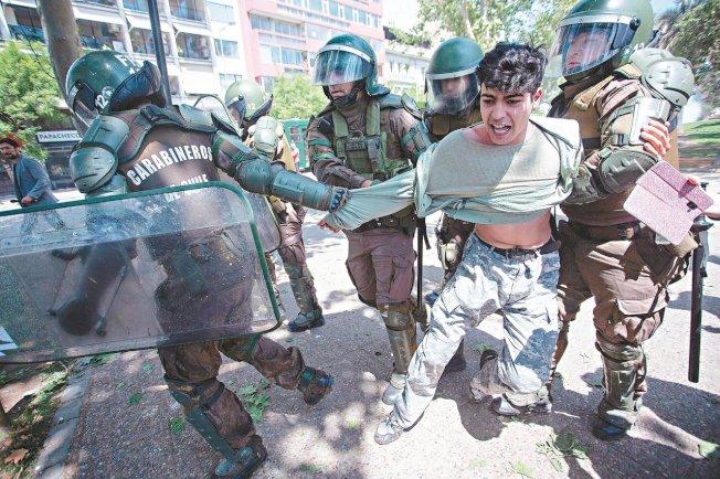 智利聖地牙哥近日發生暴力示威和劫掠,警方20日逮捕一名男子。 (Getty Images)