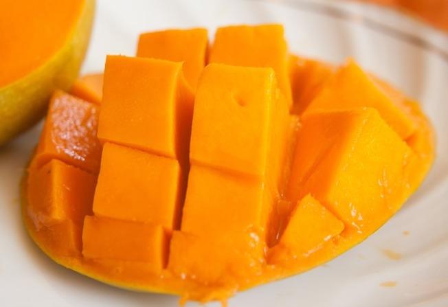 近期網路上有討論,民眾在短時間內大量吃芒果、胡蘿蔔等含胡蘿蔔素的食物,導致手腳身體變黃。圖/Pixabay