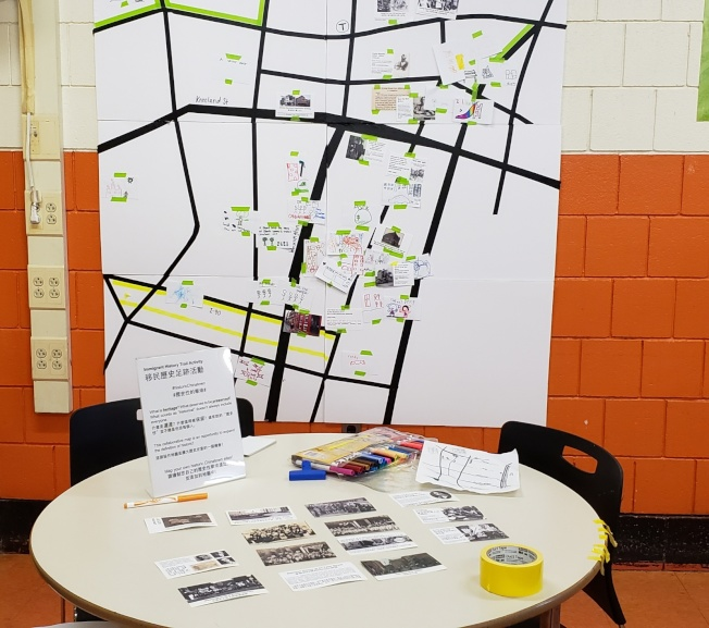 會場中的「移民歷史足跡活動」邀請與會者選擇或繪製心中想要保留的華埠歷史,並貼在華埠地圖上。(記者唐嘉麗/攝影)