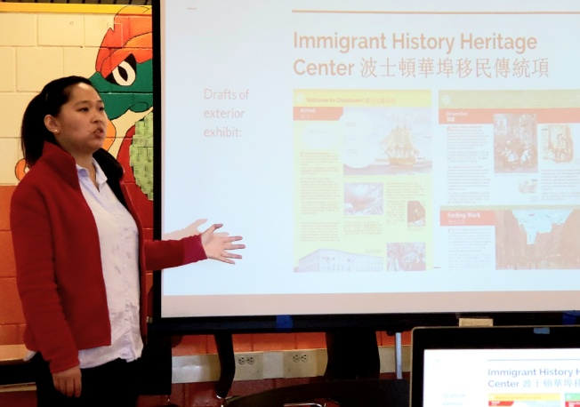 紐英崙中華公所行政主任朱蘇珊說明中華公所文化傳統中心的移民歷史展板項目。(記者唐嘉麗/攝影)