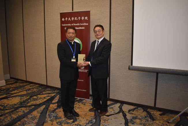 中國戲曲學院呂鎖森教授(左)贈送個人專輯給孔院葉坦教授。(記者林麗雪/攝影)