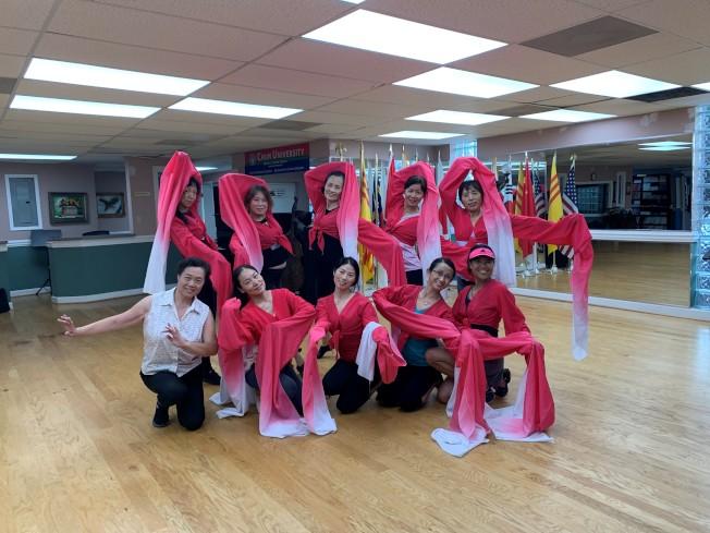 夏樂敦煌藝術團每周日下午,都在積極排練參加2019年夏樂市感恩節大遊行的舞蹈節目「百花爭艷」。這次舞蹈由張靜擔任編導,十幾位成員報名參加。 這個遊行又稱為「諾瓦特醫療(Novent Health)感恩節」大遊行,被媒體評為美東的七大感恩節遊行之一,每年吸引逾百萬華洋觀眾在現場或通過電視轉播觀看。 夏樂敦煌藝術團成立十多年來,在團長李瑤瑤、藝術總監孫愛華、青少年舞蹈隊家長張曉鳳和舞蹈教練張靜等人的帶領下,積極排練了許多新舞蹈節目,並經常參加夏樂地區的社區文藝表演,好評如潮。(圖與文:記者王政賢)
