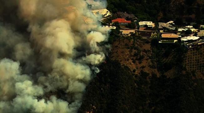 派立沙德斯野火威脅着數百萬美元的房屋。   (取自KTLA)