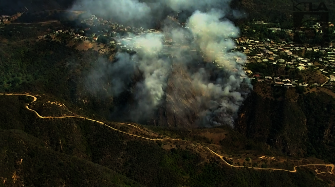 派立沙德斯灌木叢起火。  (取自KTLA)