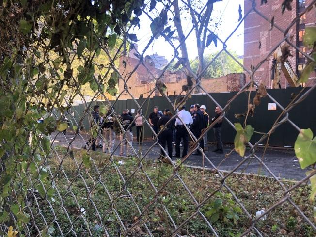 警察和消防人員在事發現場討論安全問題。(記者張晨/攝影)