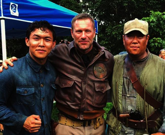 呂蔡嶸(左)以中國教師造型,與演出美軍軍官的艾克哈特 (Aaron Eckhart ,中)在片場。(呂蔡嶸提供)
