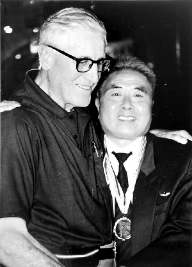 呂蔡嶸出演的是真實二戰英雄朱學三(右)曾在二戰時期在中國協助美軍飛行員並擔任翻譯。(資料圖片)