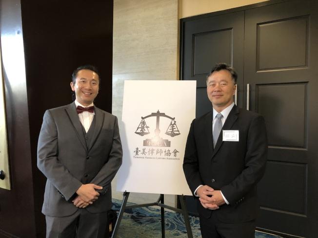 陳秋昌(Alan Chen)(右)接棒陳啟耕(左)成為台美律師協會新一任會長。(記者王若然/攝影)