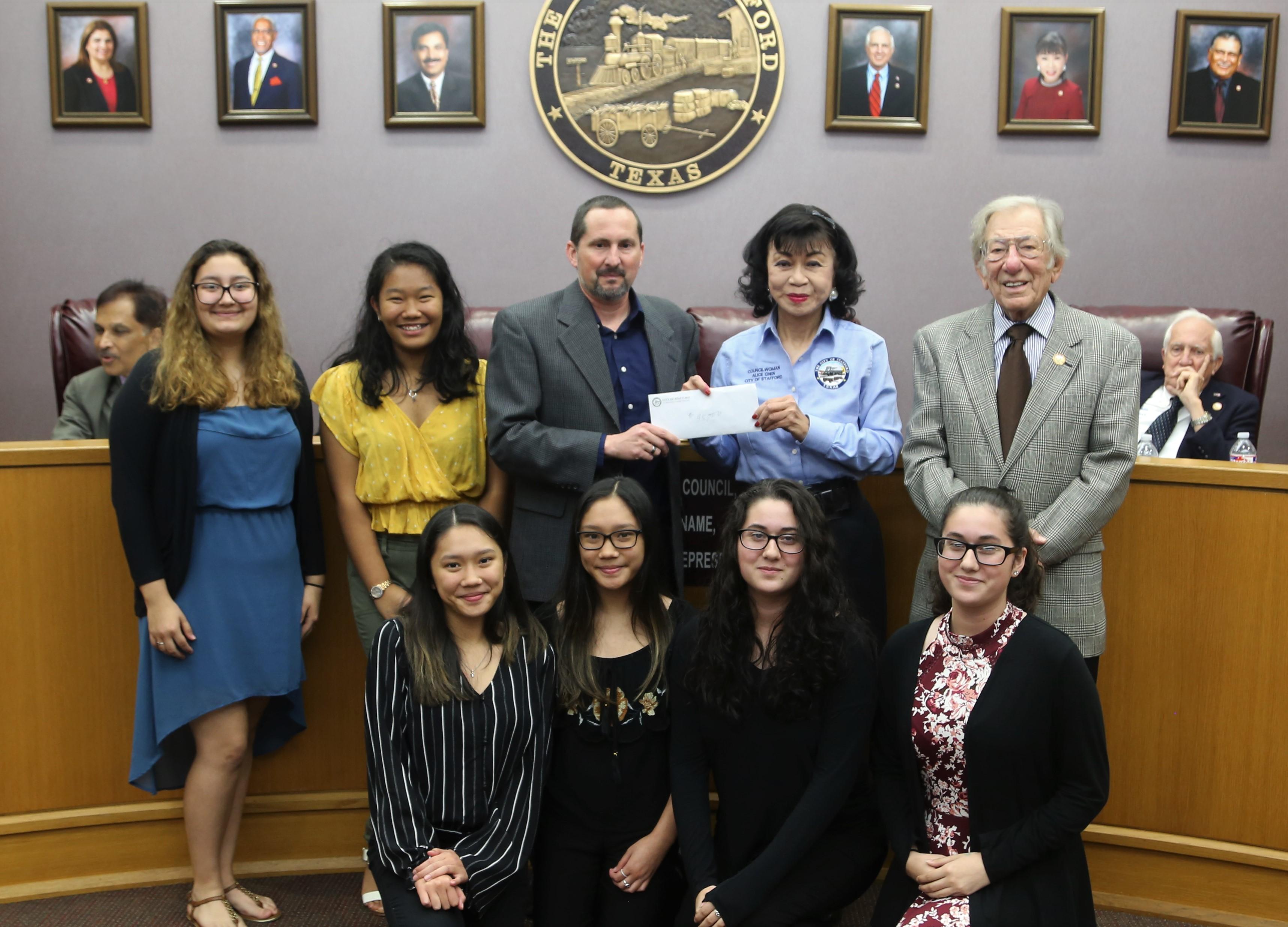 斯坦福市市長史卡西拉(後右一)、市議員譚秋晴(後右二)與捐款人及樂隊隊員合影。(譚秋晴提供)