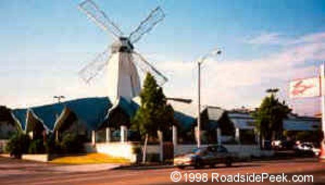 1988年此案被告高文輝和王文威與聯邦緝毒署臥底探員,約好在蒙市Tiny Naylors餐廳(即當年知名的地標「風車」餐廳)見面。(圖源:RoadsidePeek.com)