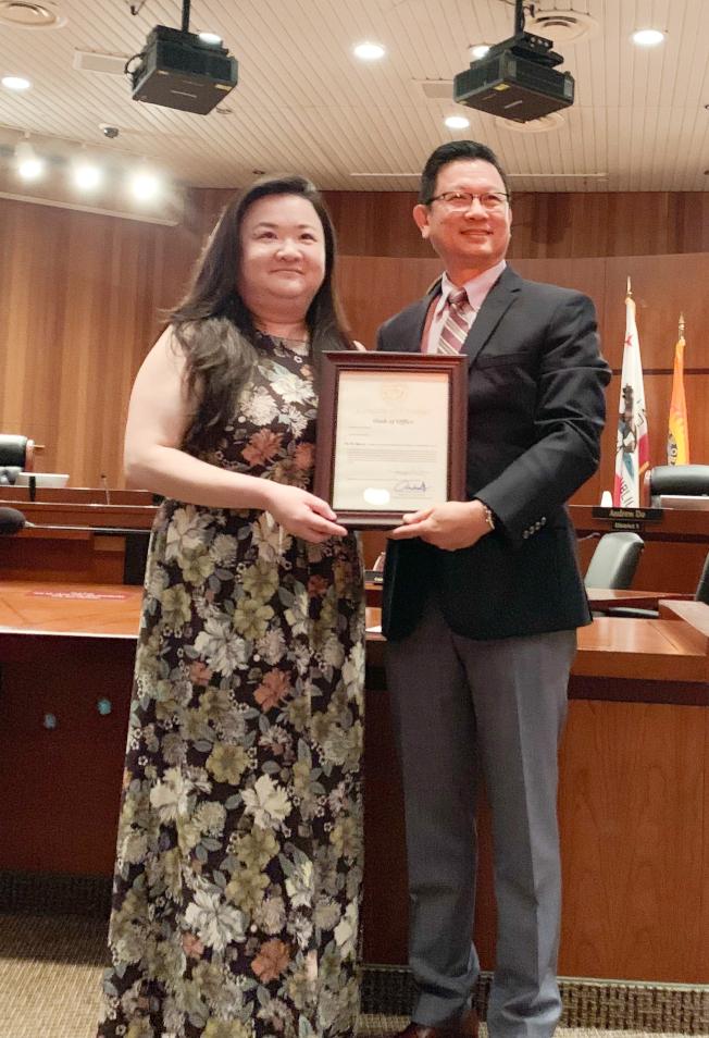 王頌茹(左)獲橙縣縣委Andrew Do任命為人際關係委員。(本報記者╱攝影)