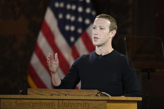 臉書表示,將在2020年美國大選前加強安全措施,包括移除更多活動可疑的假帳號,並加強監督「國家控制的」媒體,防止它們試圖操弄美國選民。圖為臉書執行長查克柏格。(美聯社)