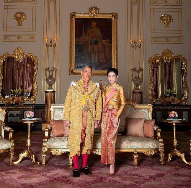 泰國王室今年8月公布泰王瓦吉拉隆功和王妃詩妮娜合照。(路透)