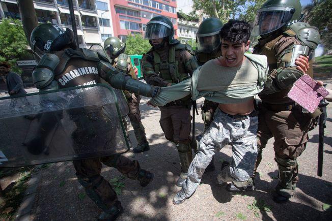 智利聖地牙哥近日發生暴力示威和劫掠,警方逮捕一名男子。(Getty Images)