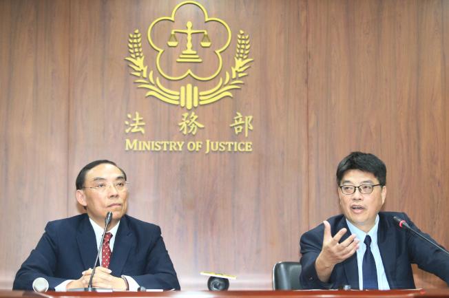 法務部長蔡清祥(左)與陸委會發言人邱垂正(右)21日針對港嫌陳同佳案舉行聯合記者會,兩人都表示必須透過正式司法互助交流管道,才進行個案磋商。(記者陳正興/攝影)