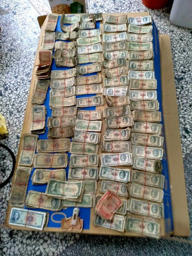 網友分享,朋友在家中找到大筆50年舊鈔,卻只能換回5萬元。(取材自臉書)