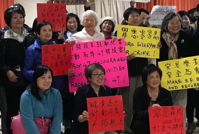 王運(前排中)及許多日落區華裔居民支持市議員馬兆明上任以來打擊罪案的努力。(本報檔案照片,記者李秀蘭攝影)