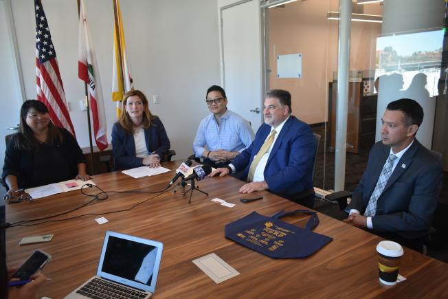 舊金山地方檢察長辦公室舉行華文媒體圓桌會。左起:烏小萱、樂素詩、朱健鴻、阿基隆、何希舜。(記者黃少華/攝影)