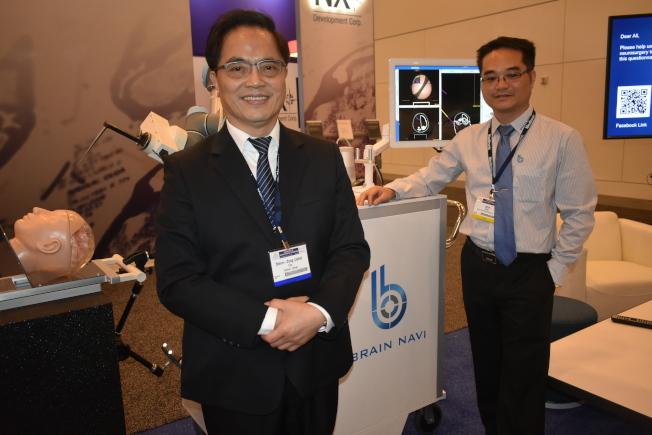 陳階曉(右)和林欣榮(左)肯定腦部手術導航機器人在手術中的快速、精準和安全性。(記者黃少華/攝影)