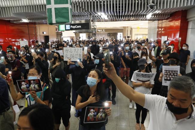 元朗721事件3個月,21日晚間香港示威者在將軍澳地鐵站聚集。(歐新社)