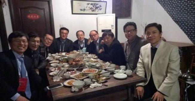 2014年的烏鎮飯局,丁磊、張朝陽、李彥宏、張亞勤、田溯寧、王巍、朱雲來全在其中。(取材自微博)