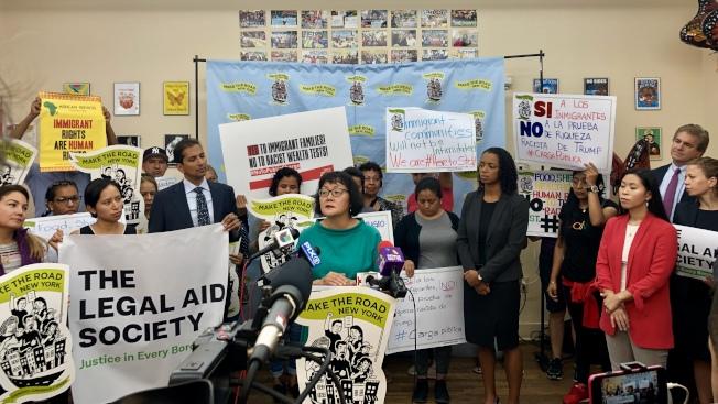 川普政府實施有關「公共負擔」福利的新規,對亞裔移民團體最不利。圖為「造路紐約」等移民團體日前訴訟川普政府,力阻「公共負擔」新規上路。(本報檔案照)