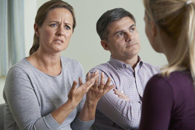 示意圖,一名男網友與女友家人見面,沒想到女友媽媽是自己中學初夜對象。圖取自ingimage