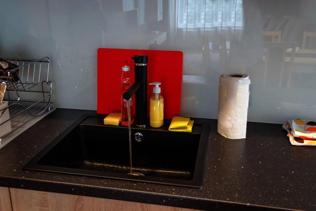 除了砧板之外,廚房的水槽也是細菌的溫床。 圖/ingimage