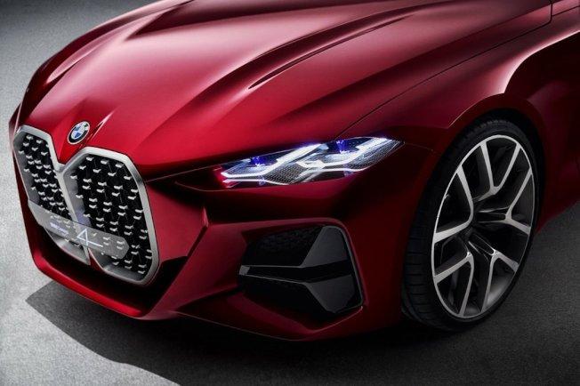 BMW Concept 4把品牌最知名特色的雙腎形水箱護罩放大。 摘自BMW