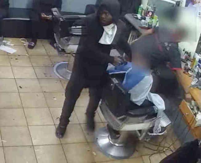 該名非洲裔男子涉嫌在理髮店內持槍搶劫一名顧客,被警方通緝。(市警提供)