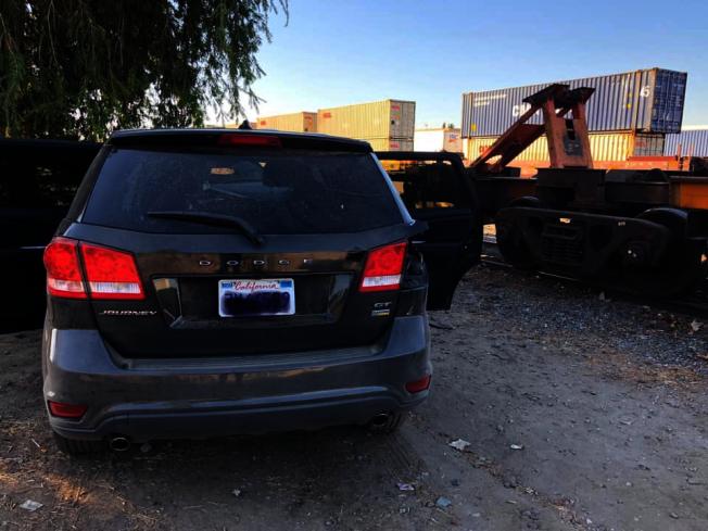 嫌犯所駕駛的黑色箱型車撞到鐵軌。( 富樂頓市警局提供)