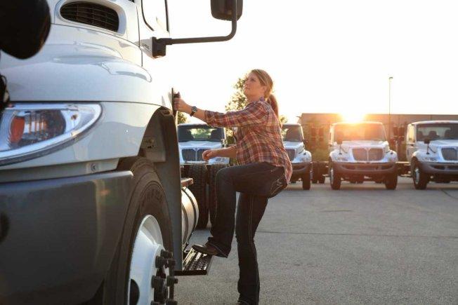 自2010年到2018年,女性卡車司機的比例增加了68%,而薪資平等是讓女性願意成為卡車司機最主要的原因。(取自推特)