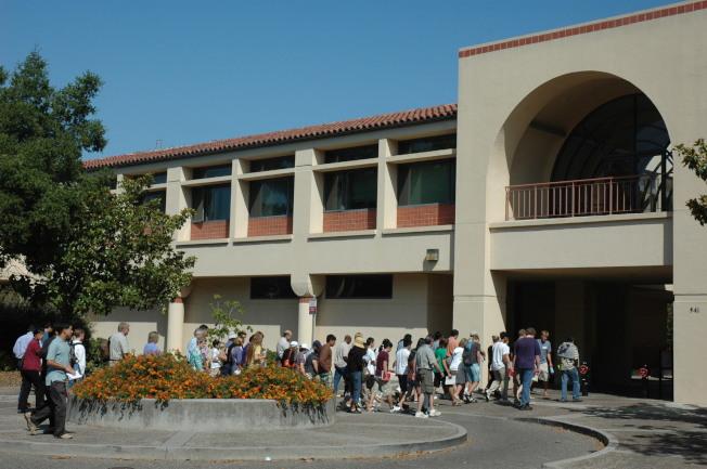 家長和學生參觀加州最新排名第一的史丹福大學。(記者丁曙/攝影)