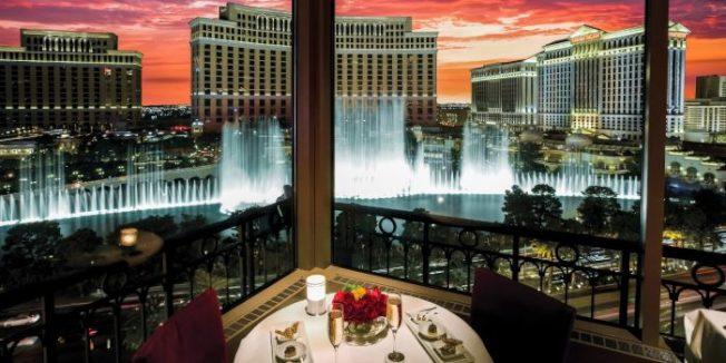 賭城艾菲爾高塔餐館可眺望美麗湖噴泉,是情侶約會最愛的餐館。(摘自餐廳網照)