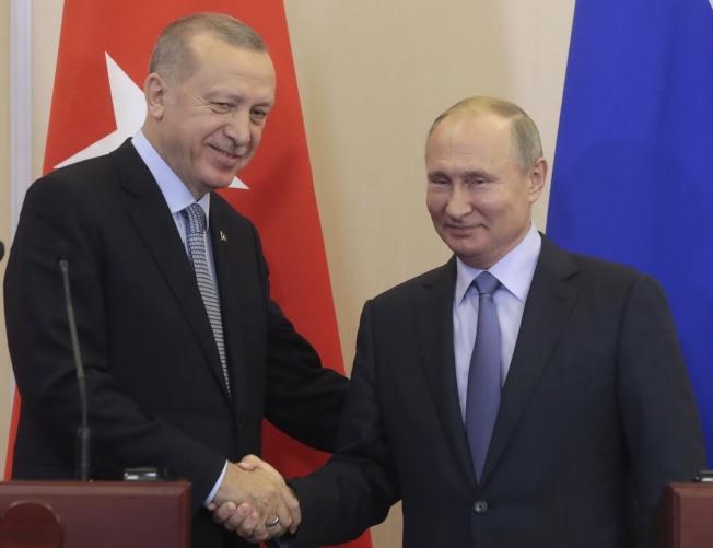 土耳其總統厄多安(左)與俄國總統普亭(右)經過馬拉松協商後,於22日達成協議,停火結束後,土俄兩國將共同巡邏控制先前由庫德族民兵掌控的敘利亞北部安全區。(美聯社)