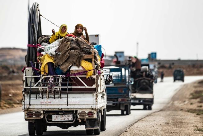 敘北的庫德族民兵22日撤離敘北的土敘邊界。土俄達成協議,要求庫德族戰士須在23日中午12時起的150小時內,將人員和武器撤至距土、敘交界敘利亞一側30公里之外。(Getty Images)