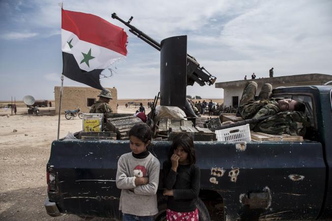 敘利亞政府軍22日進駐原本被庫德族民兵占領的北部城鎮Tal Tamr,俄國將與土軍聯合巡邏邊界。(美聯社)