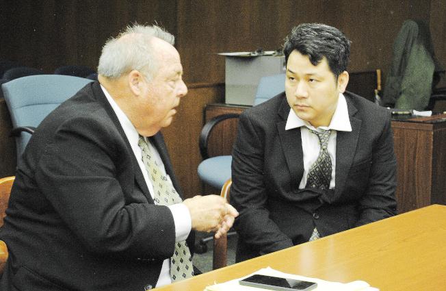 蒙市腐屍案被告陳家樓(右),去年被判處終身監禁,其辯護律師Timothy Casey(左)認為如此結果難讓人信服,隨後提出上訴申請。(本報檔案照)