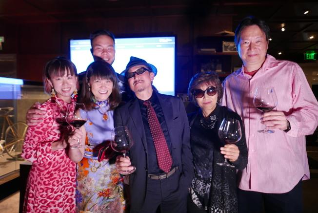 經營酒莊的姜理得一家和亞樹直姊弟合作創立「神之雫品酒沙龍」,為粉絲推薦好酒。(記者李雪/攝影)