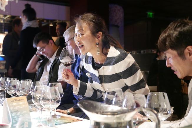 許多葡萄酒迷都摩拳擦掌參加盲飲遊戲,通過手機App WineGame特別製作的神之雫版本答題。(記者李雪/攝影)