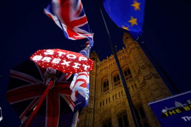 英國上下為脫歐與否,爭議多月,仍無結束。圖為倫敦街頭要求馬上停止脫歐的標語。(Getty Images)