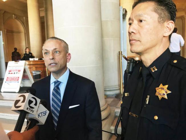 副局長拉薩(左)及中央分局長易文耀宣布已為黃氏僑領遇襲案逮捕一名嫌犯。(記者李秀蘭/攝影)
