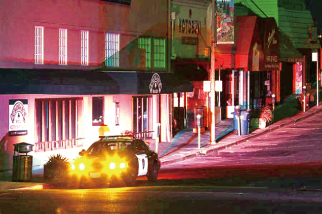 PG&E準備23日下午起,切斷包括灣區即在內的北加16個縣的20.1萬用戶的電力。圖為本月10日,即上次大停電時,屋崙街頭一片黑暗,警車停在商場外戒備。(美聯社)