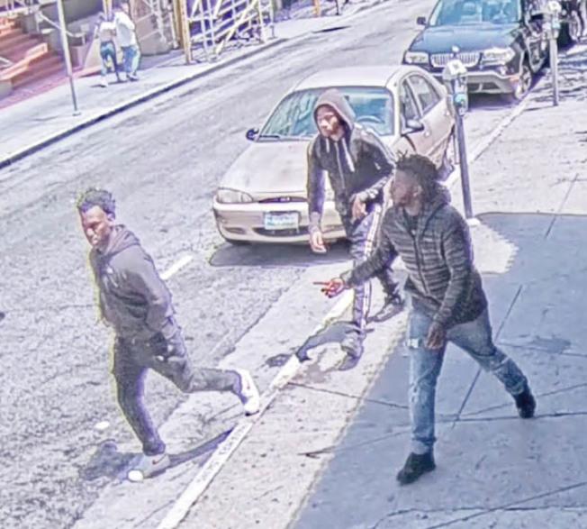 監視錄影帶顯示,兩黃氏僑領案共有三名嫌犯,另外兩人仍然在逃。(舊金山警局提供)
