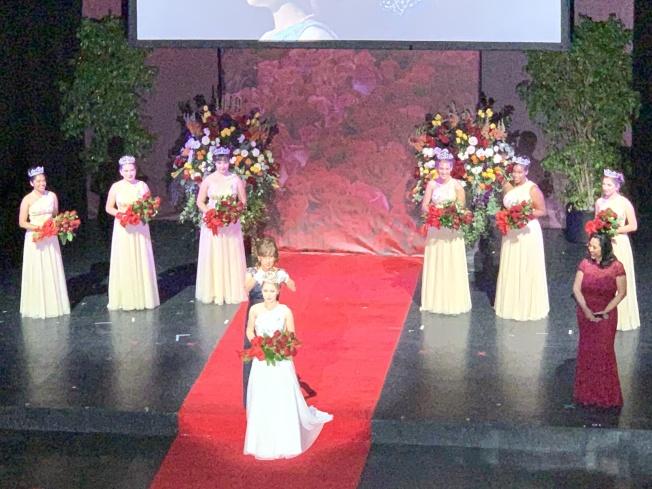 Camille Kennedy加冕玫瑰皇后。(記者陳開/攝影)