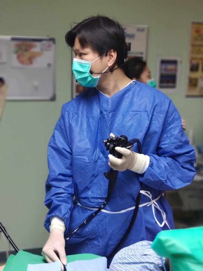 台灣高雄義大醫院內視鏡科醫師李青泰,使用新型內視鏡為女高中生切開食道治療,終於讓她可以正常進食。(圖:義大醫院提供)