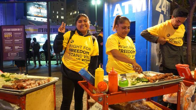 美國職籃NBA洛杉磯開幕戰,一名台裔美國人募款製作上萬件T恤,在球場外免費發送,表達「爭取自由,挺香港」的立場,場外賣熱狗的小販也穿上T恤相挺。中央社