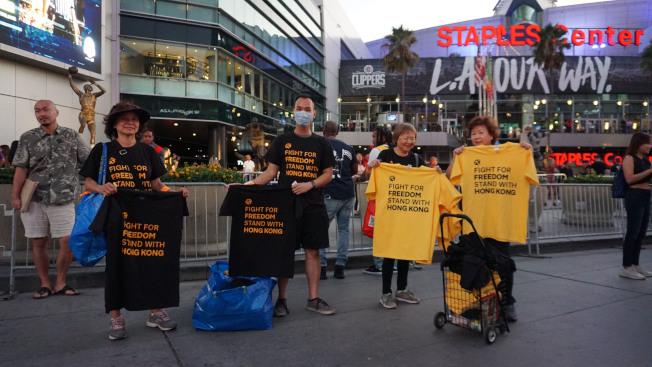 美國職籃NBA球季開打,場外有球迷號召支持香港、言論自由的活動,發放黑色、黃色上衣給進場球迷。中央社